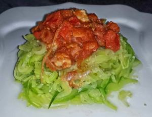 Espaguetis de calabacin con salsa de verduras