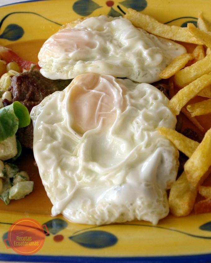 Churrasco ecuatoriano con carne y huevos fritos
