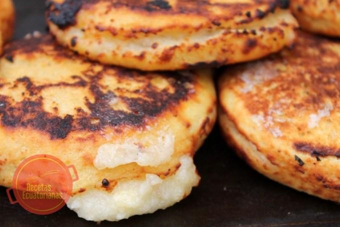 Receta ecuatoriana de las tortillas de yuca