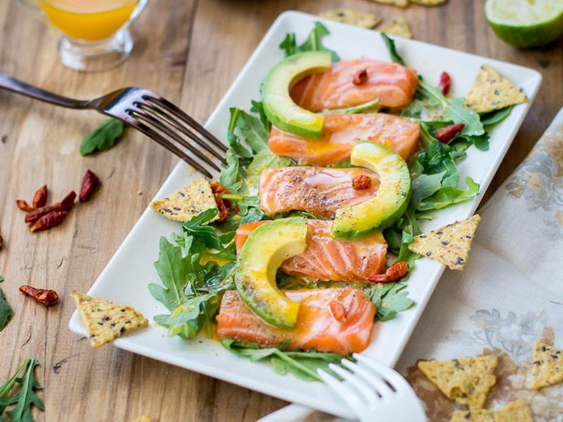 Ceviche de salmón con chips de semilla