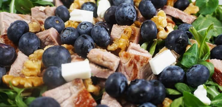 Ensalada templada con arándanos, nueces y queso fresco