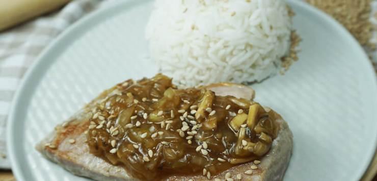 Atún en salsa teriyaki con cebolla y champiñones