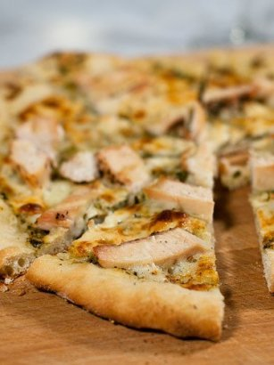 Pizza de pollo al pesto