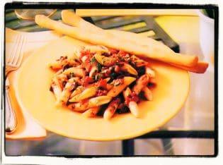 Pasta con tomates, aceitunas y alcaparras