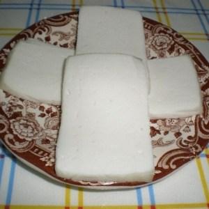 71601b6fd7fc74a9f4eea8e6c1b43d35 - ▷ Tabla tres quesos acompañada de pan integral 🧀