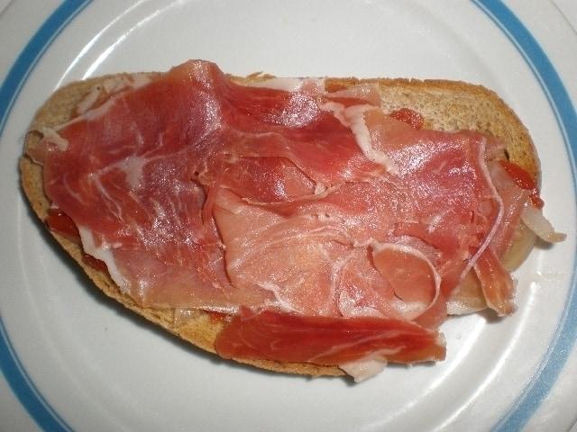 00c636e00bee0ba03b364841363f738b - ▷ Bocadillo de jamón serrano con tomate acompañado de guindillas