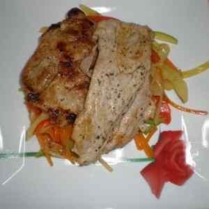 f564c1422f75d8af61b6191b15b3db80 - ▷ Filetes de cerdo acostados en verdura al dente con papas y ajos 🐖 🥕 🥒