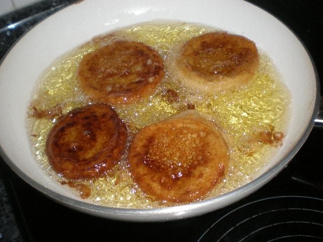 Freír las torrijas de manzana