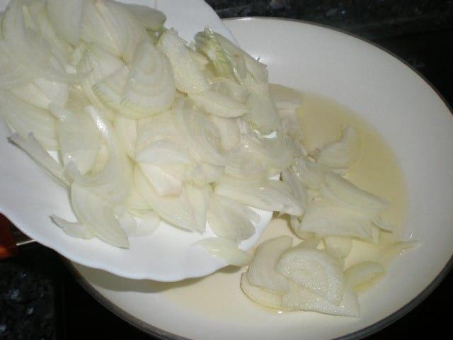 Meter cebolla en sartén