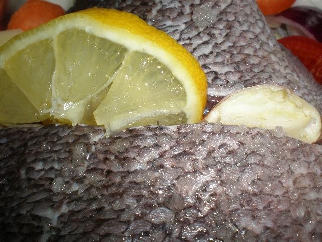 Poner ajo y limón al pescado