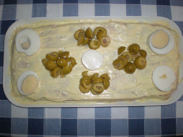 Ensaladilla con cobertura de mayonesa