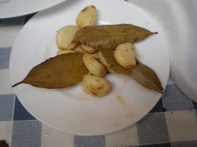 Laurel y ajos fritos