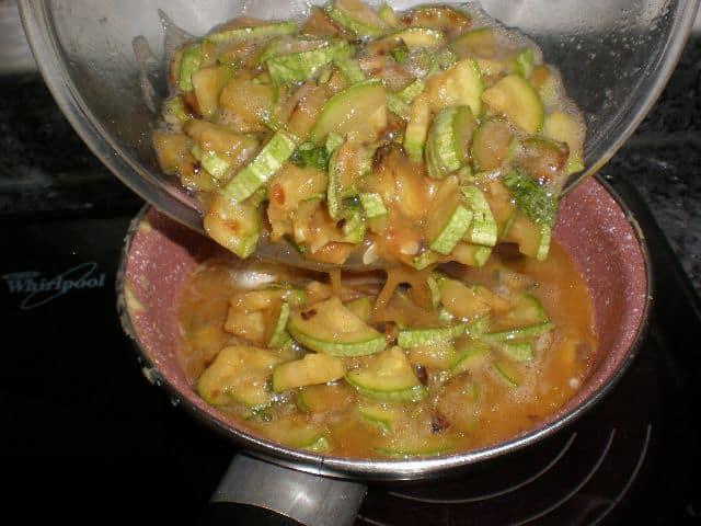 Elaborar tortilla de calabacín y albahaca