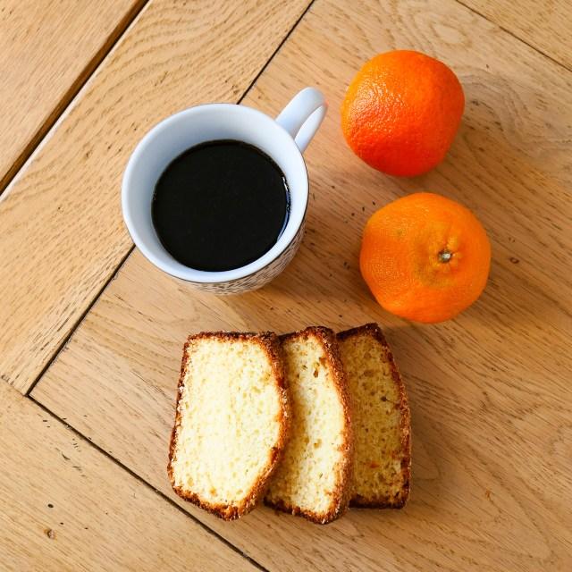 cake moelleux au chocolat blanc et à la noix de coco clémentines et café