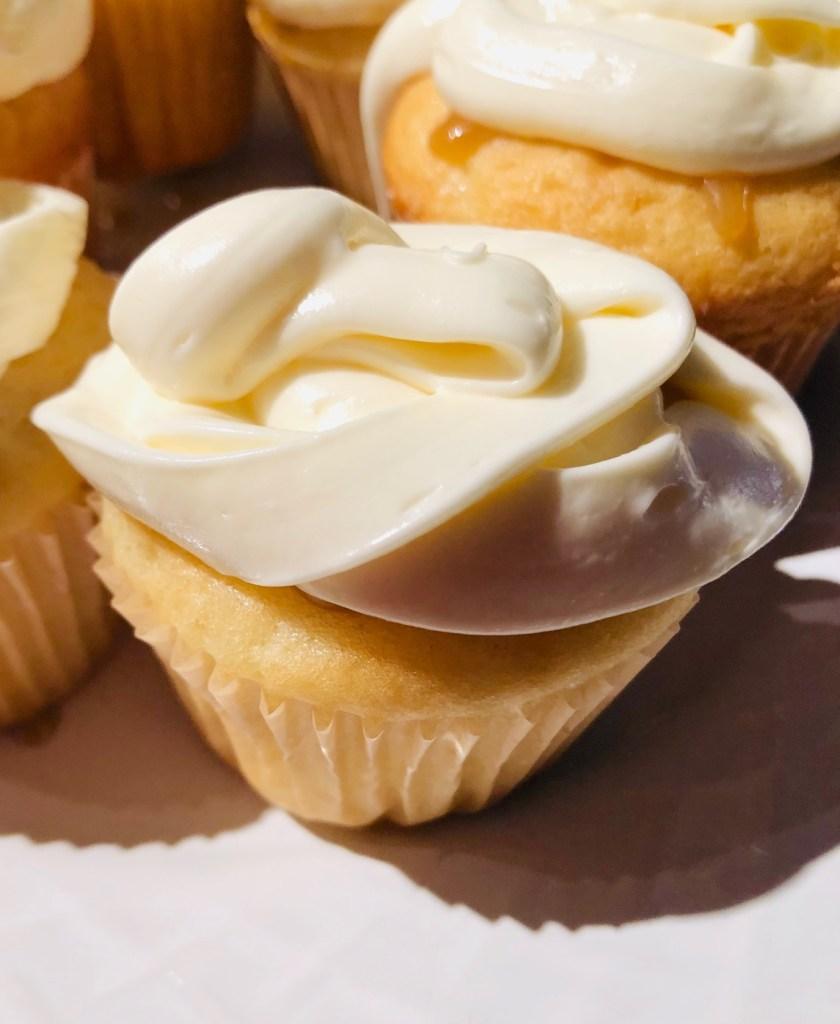 #recettesfamille #recettesansnoix #recettesansarachide #gateauvanilleetcaramel #gâteauvanilleetcaramel #caramel #gâteauvanille #vanilletecaramel #vanille #gâteau #petitsgateaux #cupcake