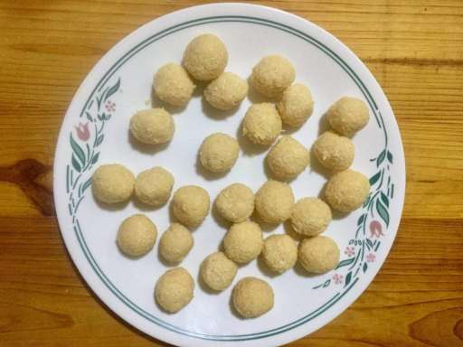 28 coconut balls in a plate.
