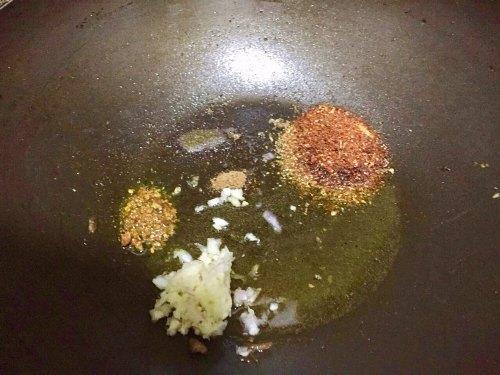 Make gravy for Chicken Karahi.