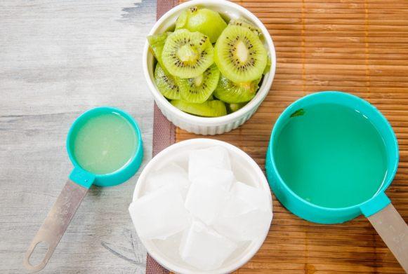 Ingredients for kiwi juice.