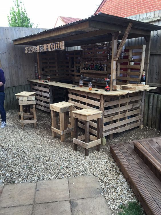 Backyard Bar Ideas: DIY Pallet Bar