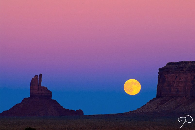 Lune sur Monument Valley