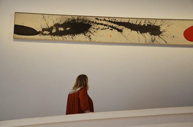 Marie-Catherine observe un tableau à la Fondation Joan Miro de Barcelone.