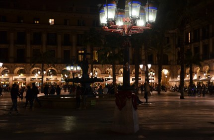 Ambiance de fête sur la Plaça Reial de Barcelone de nuit