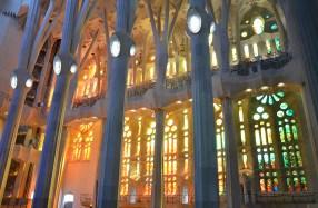 Intérieur coloré de la Sagrada Familia, Barcelone