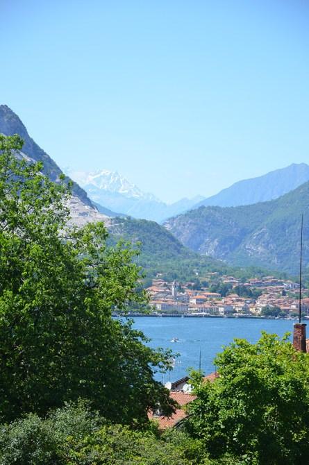 Magnifique vue sur le lac de Côme au pied des montagnes d'Italie