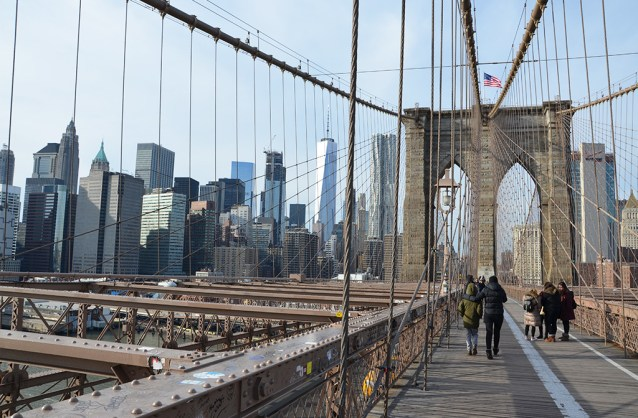Vue sur Manhattan depuis le Pont de Brooklyn, le Brooklyn Bridge, New York