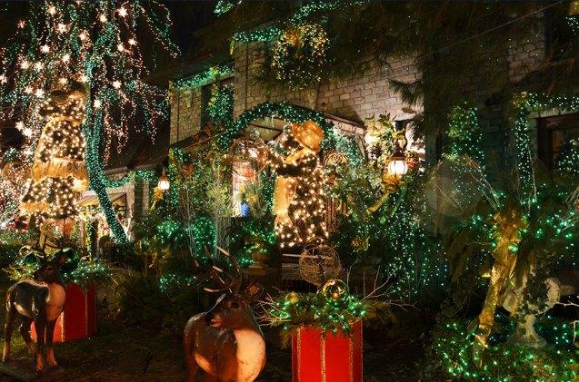 Maison illuminée de décorations de Noël à Dyker Heights, quartier de New York