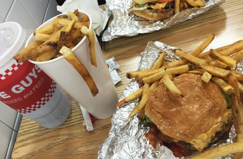 Burger, frites et coca de chez Five Guys, New York