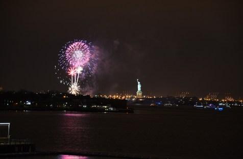Nouvel an à New York, feu d'artifice sur la Statue de la Liberté