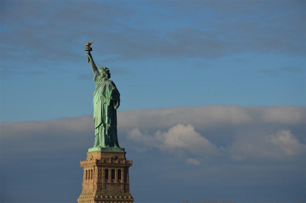 La Statue de la Liberté dans le ciel bleu, New York