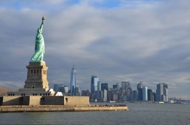 Vue sur le côté de la Statue de la Liberté, les buildings de Manhattan au loin, New York