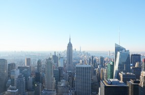 Vue sur l'Empire State Building et Manhattan depuis le Rockefeller Center, New York