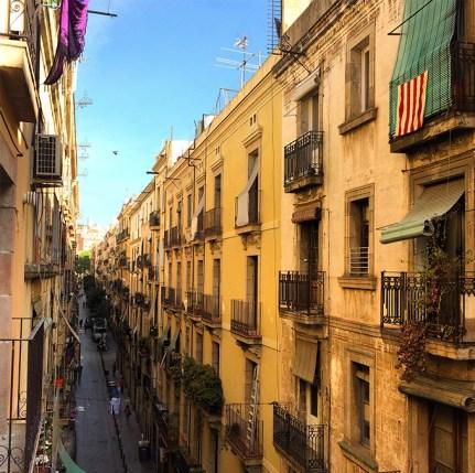 Vue sur une rue de Barcelone depuis la fenêtre de notre appartement AirBnB