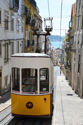 Elevador da bica : célèbre funiculaire jaune de Lisbonne