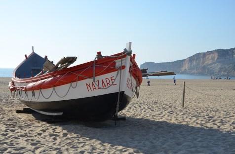 Bateau sur la plage de Nazaré, Portugal