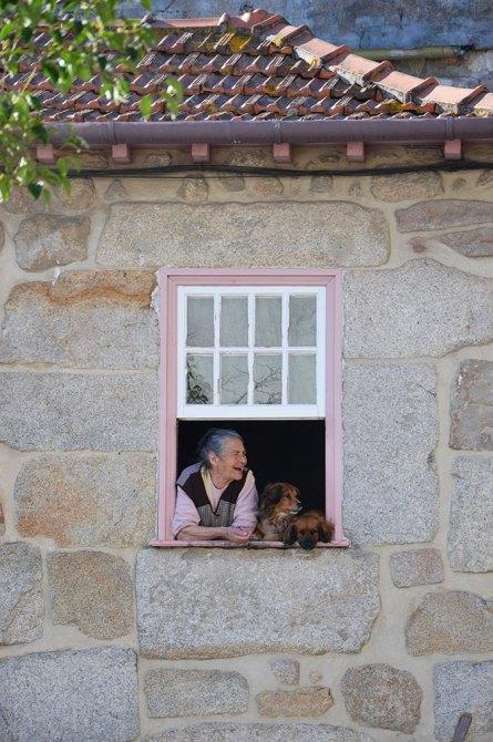 Mamie qui rit à sa fenêtre à Porto