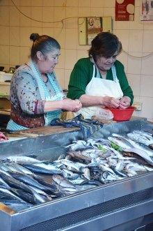 Etales de poissons au marché de Porto