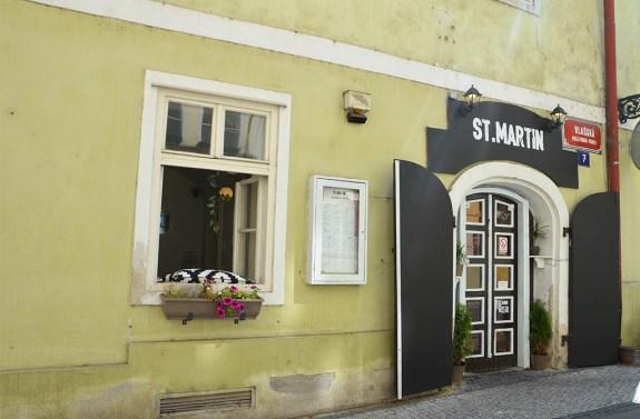 Façade verte au détour d'une rue de Prague