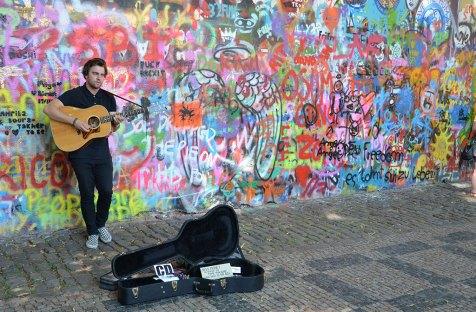 Musicien devant le mur John Lenon de Prague