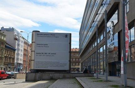 Devant la galerie nationale d'art moderne de Prague