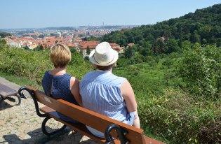 Assises sur un banc avec la vue sur Prague