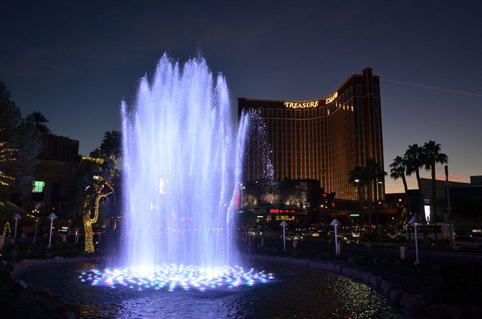 Fontaines du Wynn face au Tresure Island de Las Vegas