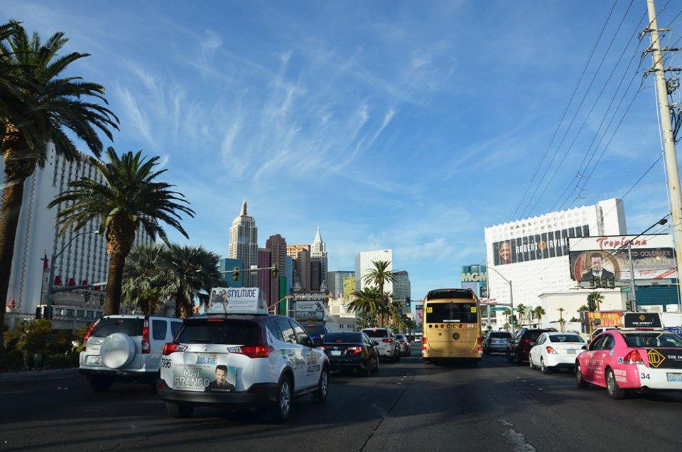 Vue depuis la voiture à l'arrivée sur le Strip de Las Vegas