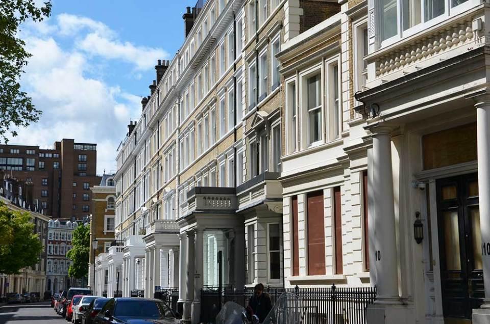 Vue sur une rue de belles maisons dans le quartier de Kensington, Londres