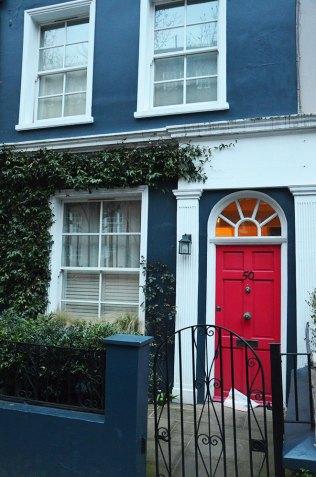 Façade d'une porte rose à Londres