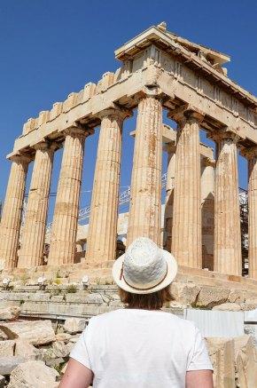 Charlotte regardant le Parthénon, Acropole, Athènes, Grèce