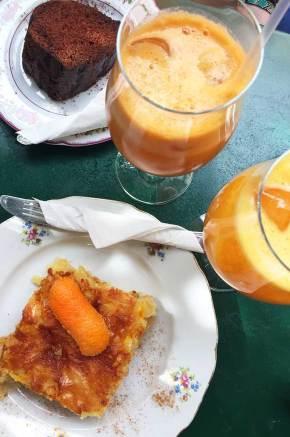 Jus de fruit et gâteaux pour notre dernier petit déjeuner à Athènes